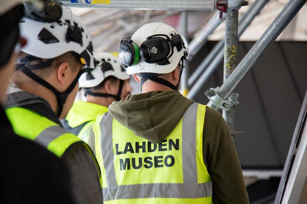Korjausrakentamisen asiantuntija tarkastaa työn jälkeä muiden asiantuntijoiden kanssa.