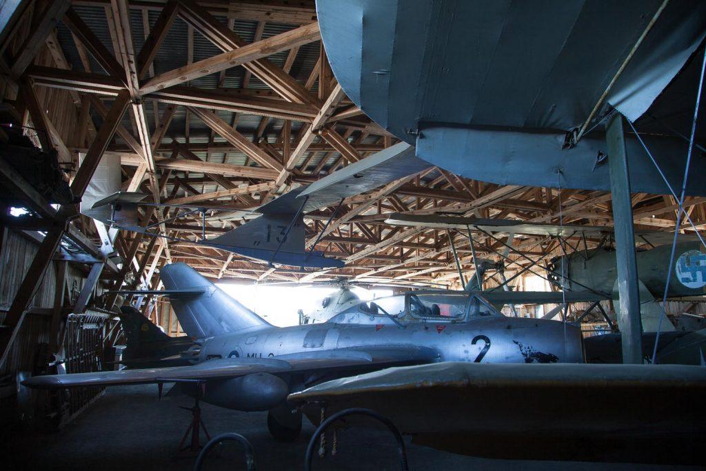 Lentokoneita museohallissa.