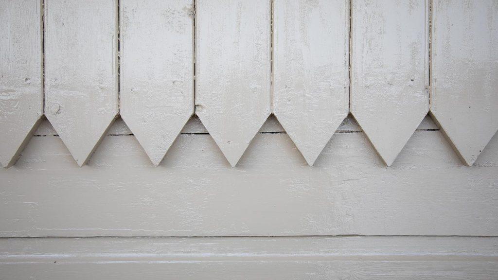 Vastamaalatun puisen valkoisen seinän sahalaitainen kuvio.