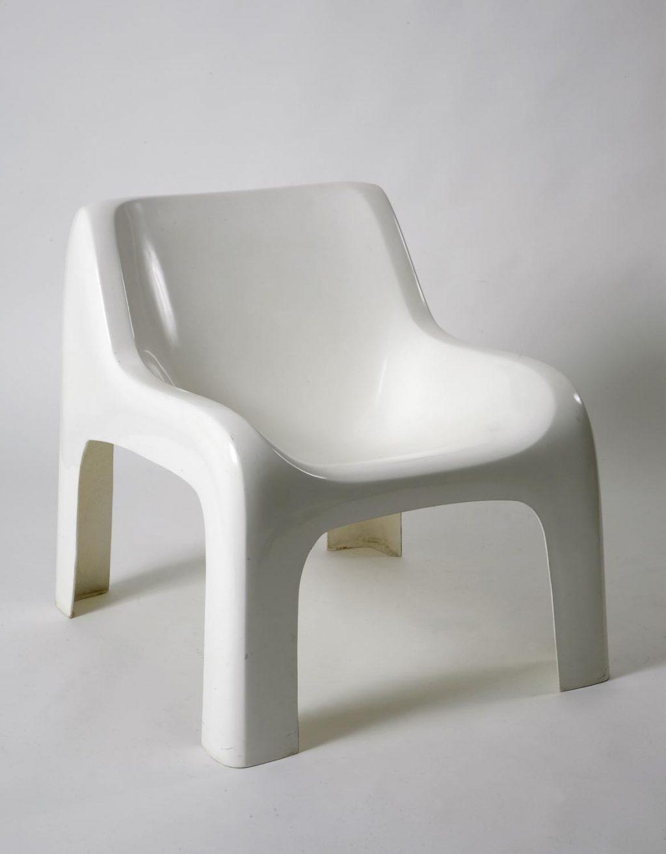 Valkoinen tuoli.