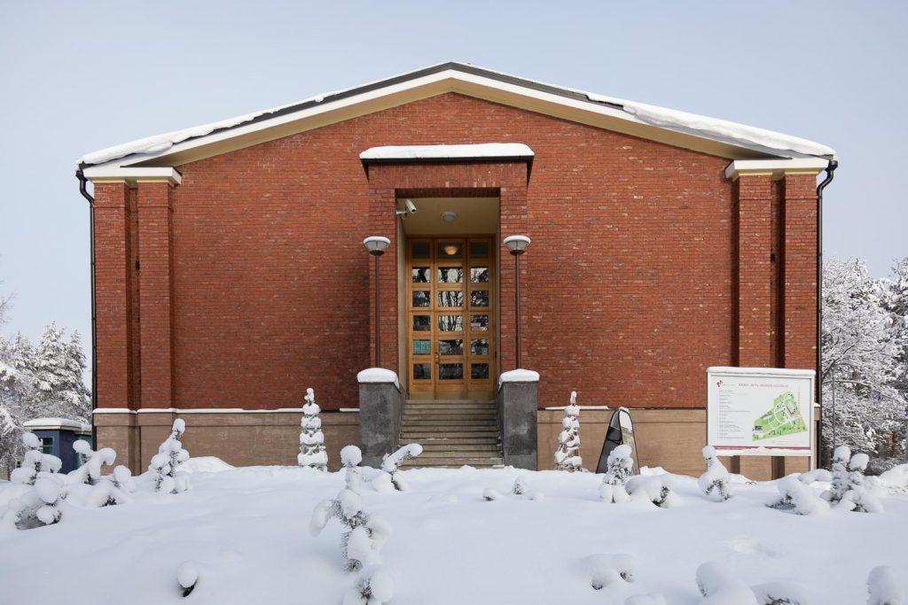Mastola-museon sisäänkäynti talvimaisemassa.