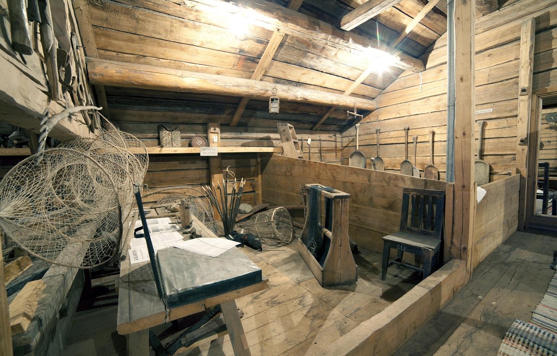 Kalastukseen liittyvää esineistöä Padasjoen kotiseutumuseon näyttelyssä.