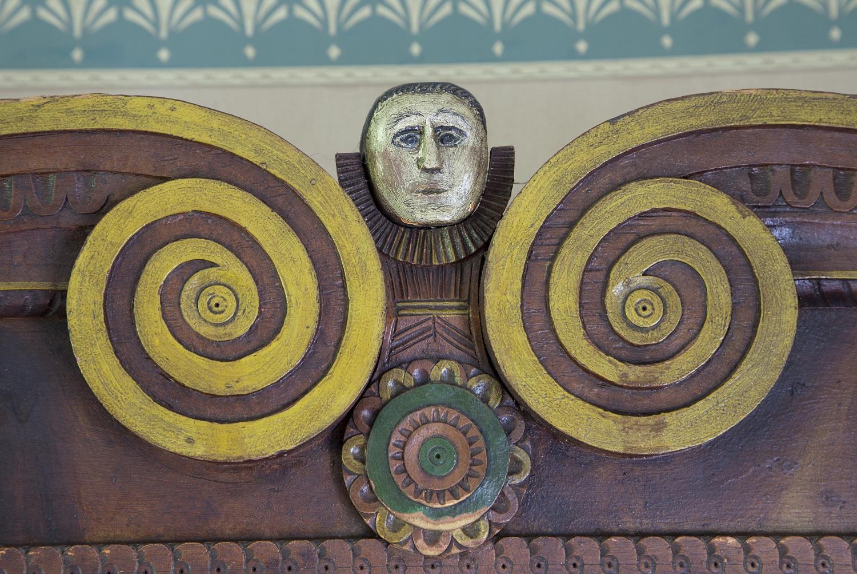 Yksityiskohta puuleikkauksesta Orimattilan kotisetumuseossa olevassa kaapissa.