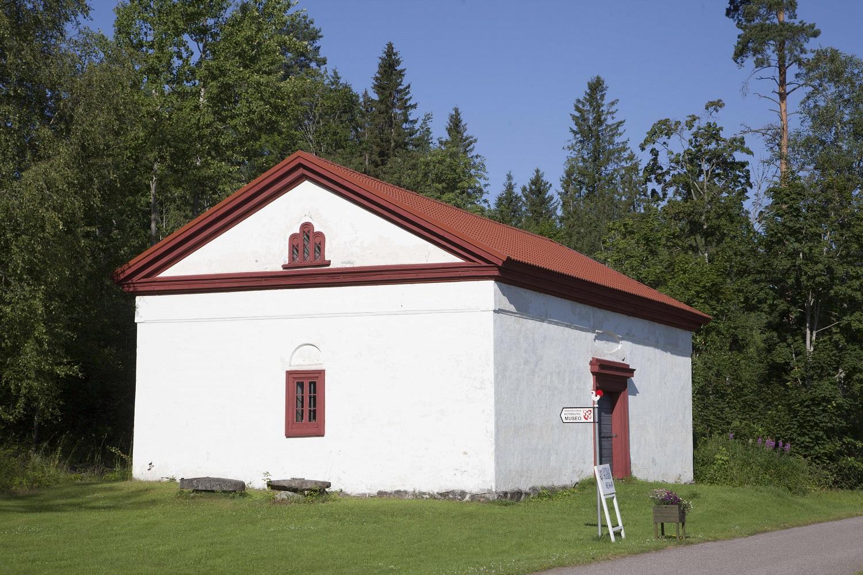 Valkoiseksi maalattu punatiilikattoinen viljamakasiini, jossa toimii Hämeenkosken kotiseutumuseo.