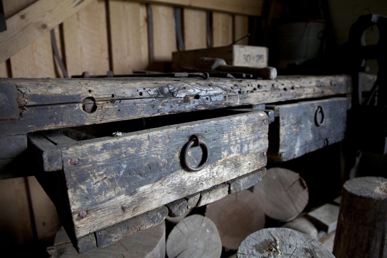 Sepän työkaluja Toritun Sepänmäen museossa.