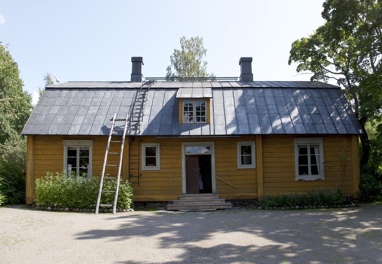 Keltainen mansardikattoinen Aschanin talo.