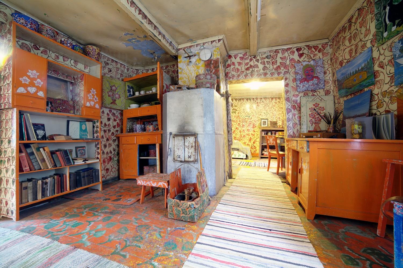 Värikkäästi maalattu ja sisustettu huone Enni Idin taiteilijakodissa.