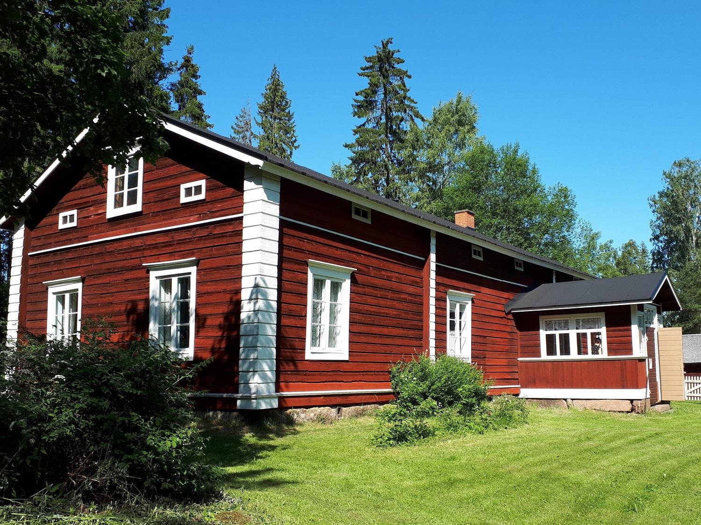 Karralan punaiseksi maalattu päärakennus.