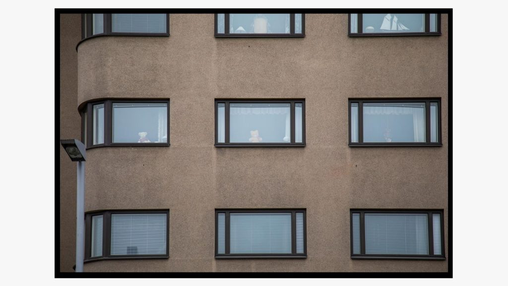 Kerrostalon ikkunoissa näkyy nalleja, jotka kuvastivat toivoa kevään 2020 sulkutilan aikana.